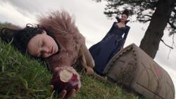 1x21 Blanche-Neige morte endormie pomme empoisonnée Méchante Reine Regina tombe de Daniel Charme du Sommeil