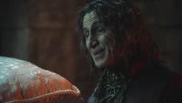2x19 Rumplestiltskin offre oreiller Belle servante pleurs tristesse