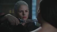 5x01 Emma Swan dague du Ténébreux Regina Mills
