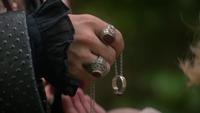 5x07 Killian donne sa bague Emma avant qu'elle parte