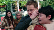 2x01 Emma Swan Mary Margaret Blanchard David Nolan Ruby Granny câlin embrassades retrouvailles famille