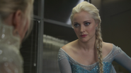 4x07 Ingrid Reine des Neiges Elsa face poste de police interrogatoire