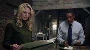 Shot 1x11 Emma Sidney Unterlagen