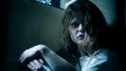 1x12 Belle French assise cellule chambre sous-sol hôpital service asile psychiatrique visage réveil surprise