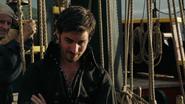 2x04 Killian Jones regard moqueur bras croisés Jolly Roger