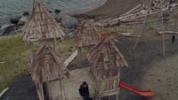 1x01 Henry Mills Emma Swan rencontre château de bois toboggan rouge