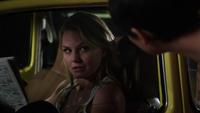 1x03 Emma Swan voiture jaune journal Mary Margaret Blanchard proposition logement