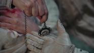 2x03 Ruth Blanche-Neige gants cuir blanc main ensanglantée médaillon prédire sexe futur enfant