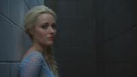 4x01 Elsa Reine des Neiges panique ville ruelle