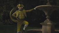 Cendrillon film Disney 2015 M. Lézard laquais valet de pied pose chapeau fontaine mini