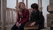 1x01 Emma Swan Henry Mills château de bois port de Storybrooke livre de contes Once Upon a Time