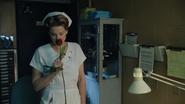 1x12 infirmière Ratched rose cadeau parfum senteur odeur bureau accueil asile service hôpital psychiatrique