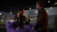 6x02 Méchante Reine Sérum téléportation fumée violette mains levées extérieur Granny face à David sourire