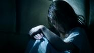 1x12 Belle French assise cellule chambre sous-sol hôpital service asile psychiatrique tête baissée cheveux visage