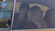 5x12 Neal Cassidy Emma Swan voiture jaune vitre portière