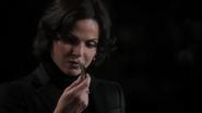 1x05 Regina Mills nuit morceau verre regard main