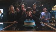 2x19 Emma Swan Neal Cassidy M. Gold Henry Mills David Nolan Mary Margaret Blanchard boutique d'antiquités applaudissements sourires fête d'anniversaire gâteau bougies 11 onze ans