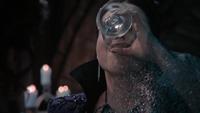 4x20 Reine Regina boit potion stérilité