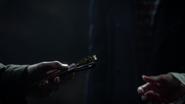 6x05 Aladdin Emma Swan Henry Mills crypte cimetière de Storybrooke cadeau ciseaux des Moires mains