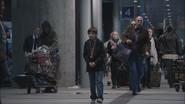 1x01 Henry Mills arrêt bus gare routière Boston passants