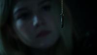 4x19 Emma Swan jeune pendentif Lily Page regard