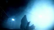 6x01 visions Emma Swan sol chute Sauveuse combat épées figure encapuchonnée futur destin