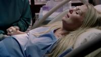 3x01 Emma Swan prison accouchement Henry