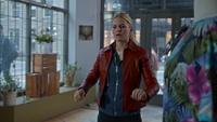 5x20 Emma Swan veste en cuir rouge armure magasin Tasha Morris