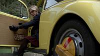 5x20 Emma Swan jeune voiture jaune piégée immobilisée