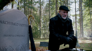 2x11 Marco tombe Archie Archibald Hopper tristesse