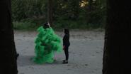6x02 Limites Storybrooke bois entre 2 arbres Regina voit Zelena téléportation fumée verte chapeau main levée