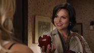 1x02 Emma Swan dos Regina Mills sourire offre cadeau de départ pomme rouge Honey Crisp