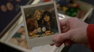 6x20 boîte à souvenirs photographie Emma Swan Henry Mills main tasses chocolats chauds repas assiettes hamburgers frites chez Café Granny Storybrooke