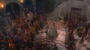 1x04 vue arrivée Prince Thomas Ella Cendrillon mariage bal foule invités cour château palais
