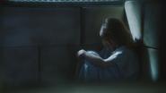 1x12 Belle French assise profil cellule chambre sous-sol hôpital service asile psychiatrique vue