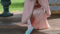 4x07 Gerda ramasse gants magiques d'Elsa sol