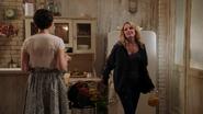 1x07 Mary Margaret Blanchard dos Emma Swan cuisine loft poubelle corbeille taquinerie bouquet de fleurs frigo frigidaire réfrigérateur pichet jus de fruits d'orange