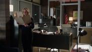 4x13 Emma Swan dossier Ursula Cruella d'Enfer poste de police Storybrooke