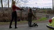 4x19 Lily Page Emma Swan Voiture Jaune Pistolet Menace Duel