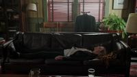 6x03 Emma Swan allongée désespérée divan canapé Dr Archie Archibald Hopper cabinet du