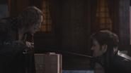 2x04 Rumplestiltskin Killian Jones fin duel épée sabre lame menton gorge rancune rancœur enlèvement