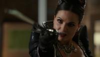 4x10 Regina Mills Méchante Reine tenue épée combat Mary Margaret sang