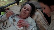 2x03 Ruth Blanche-Neige chariot allongée médaillon de Ruth main ensanglantée tissu