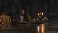 La Belle et la Bête film Disney 2017 Maurice découverte sièges chaises table dîner repas plats mets couverts mini