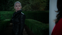 5x05 Emma Swan Cygne Noir Ténébreuse demeure porche maison manoir Regina Mills discussion nuit soir dédain regard départ