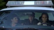 6x02 Mary Margaret Blanchard David Nolan Emma Swan voiture de patrouille limites de Storybrooke fuite