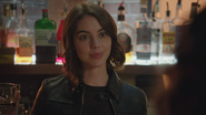 7x06 Ivy Belfrey main verre whisky sourire question découverte