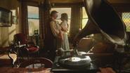 7x04 M. Gold Belle French danse valse salle pièce séjour salon maison rouet phonographe disque vinyle chanson Histoire Éternelle fin de vie heureuse