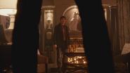 5x13 Henry Mills Cruella d'Enfer jambes statue lévrier coussins dalmatiens bureau mairie de Storybrooke des Enfers retrouvailles mauvaise surprise