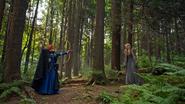 5x01 Merida Emma Swan rencontre forêt arc face à face